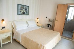 A bed or beds in a room at Hotel Mondial