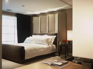 A bed or beds in a room at SKYLOFTS at MGM Grand