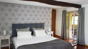 A bed or beds in a room at Quinta Vale do Homem