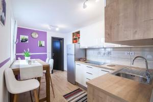 A kitchen or kitchenette at Summer Oasis