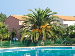 Piscine de l'établissement Lagrange Vacances Le Domaine d'Azur et Tahiti Park ou située à proximité