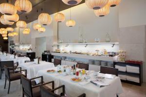 A restaurant or other place to eat at Parador de Alcalá de Henares