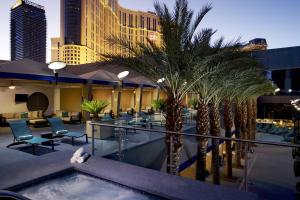 Der Swimmingpool an oder in der Nähe von Elara by Hilton Grand Vacations - Center Strip