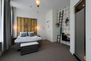 A bed or beds in a room at Hotel Heere
