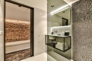 Een badkamer bij Luxury Canal Suite De Heren