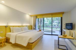 A bed or beds in a room at Paradise Beach Resort, Koh Samui - SHA Plus