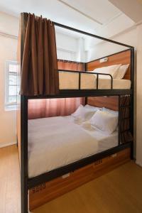 Ein Etagenbett oder Etagenbetten in einem Zimmer der Unterkunft 7 Wonders Hostel @ Upper Dickson (SG Clean)