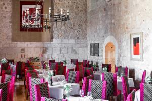 A restaurant or other place to eat at Parador de Alarcón