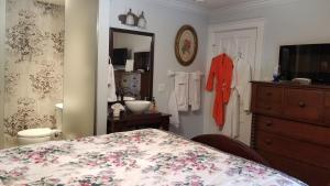 A bed or beds in a room at Bondy House Bed & Breakfast