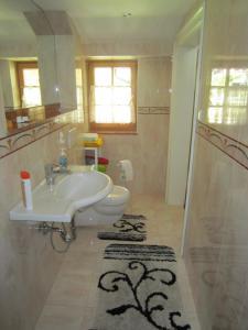 A bathroom at Haus Bellevue