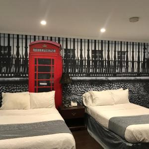 A bed or beds in a room at Hamilton Inn Sturbridge