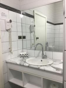 A bathroom at Bayview Motel