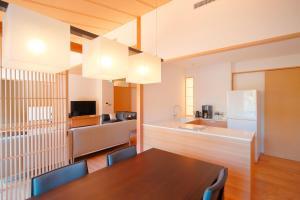 Een keuken of kitchenette bij Aoi Philosophers Path Villa