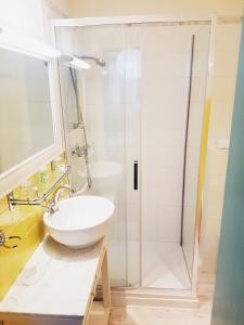 Salle de bains dans l'établissement Azurene Royal Hotel