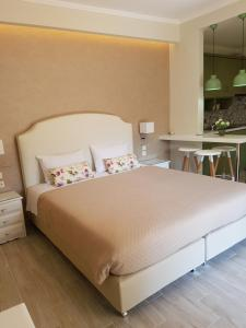 A bed or beds in a room at Angels Pool Studios and Apartments