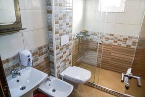 A bathroom at Apart Hotel Llolla