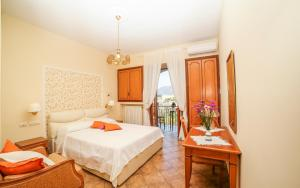 A bed or beds in a room at Ravello View