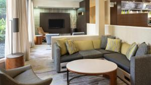 A seating area at Courtyard by Marriott Orlando Airport