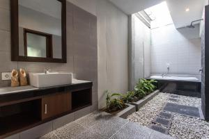 A bathroom at Raj Sindy Villa & Suites