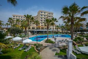 Вид на бассейн в Aquamare Beach Hotel & Spa или окрестностях
