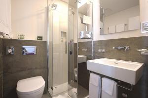 A bathroom at Boutique Hotel Bellevue