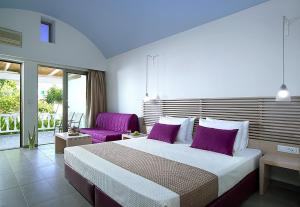 A bed or beds in a room at Kakkos Bay Hotel and Bungalows