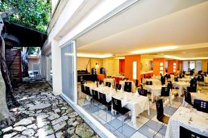 A restaurant or other place to eat at Cala Saracena Resort