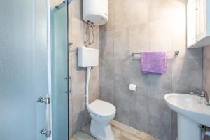 A bathroom at Apartment Fiorenini