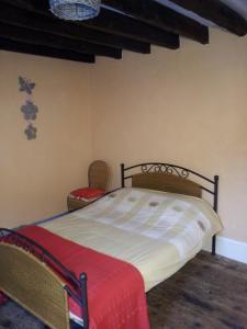 Een bed of bedden in een kamer bij L'Enclos B&B