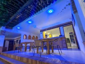 Un restaurante o sitio para comer en Camali Hotel