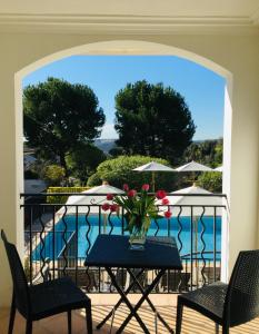 A view of the pool at Hotel les Vergers de Saint Paul or nearby