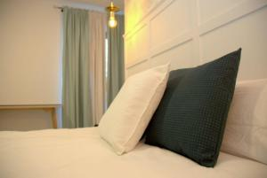 A bed or beds in a room at Hotel Cedran