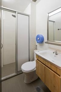 Ein Badezimmer in der Unterkunft 7 Wonders Hostel @ Upper Dickson (SG Clean)