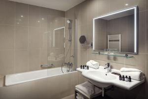 A bathroom at Michelangelo Grand Hotel