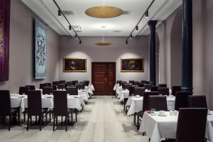 A restaurant or other place to eat at Michelangelo Grand Hotel