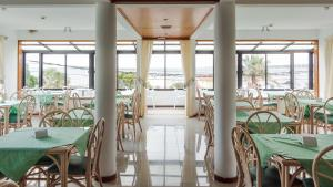 A restaurant or other place to eat at Hotel Ricadi