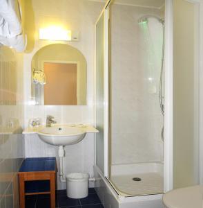 A bathroom at Hôtel Roi Soleil Colmar