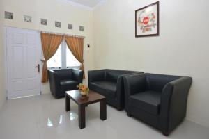 Area tempat duduk di OYO 722 Uno Guesthouse
