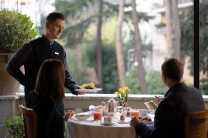 Ein Restaurant oder anderes Speiselokal in der Unterkunft Aldrovandi Villa Borghese