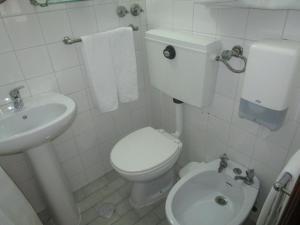 A bathroom at Pensão Residencial Luanda