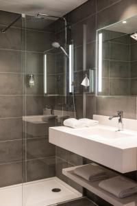 A bathroom at Mercure Beauvais Centre Cathédrale