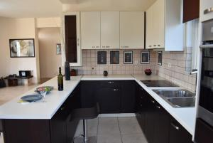 A kitchen or kitchenette at Ktima Ioulia