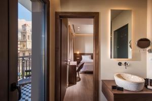 A bathroom at Metropole Urban Hotel
