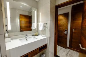A bathroom at Hilton Garden Inn Mbabane