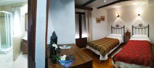 Cama o camas de una habitación en Hostal Rio Almar