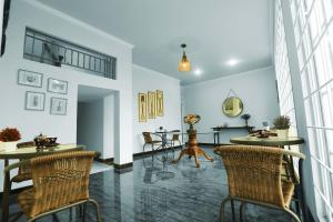 A restaurant or other place to eat at Nest Residence