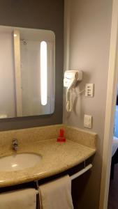 A bathroom at ibis Guaratingueta Aparecida