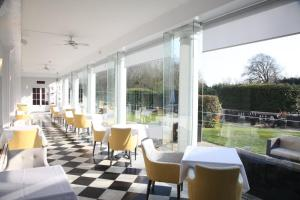 A restaurant or other place to eat at Manor Of Groves Hotel