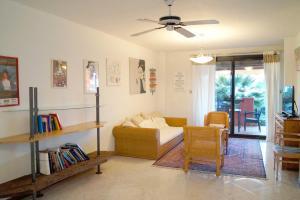 A seating area at Villa Romantic