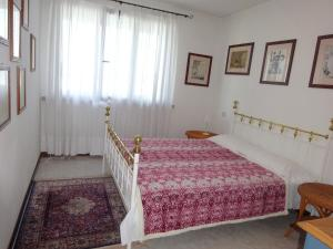 A bed or beds in a room at Villa Romantic